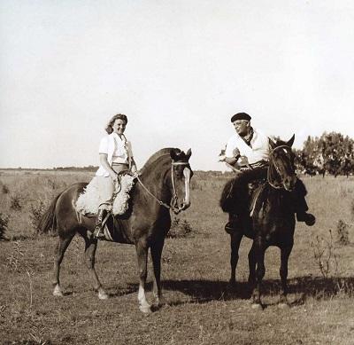 Dam på häst & Evert Taube på häst_400